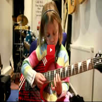 Garota de 7 anos detona com solo de Sweet Child O'Mine 4