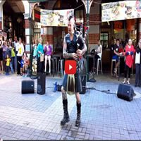 "The Badpiper o artista de rua toca ""Thunderstruck"", do AC/DC"