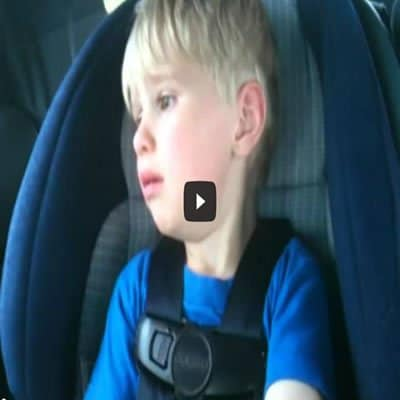 Criança de 2 anos chora para os pais para colocar Iron Maiden 5