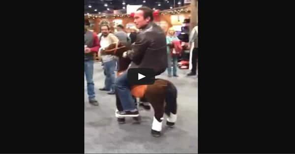 Arnold Schwarzenegger andando de cavalo 2