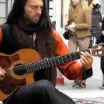 Um incrível show de um músico russo com seu violão