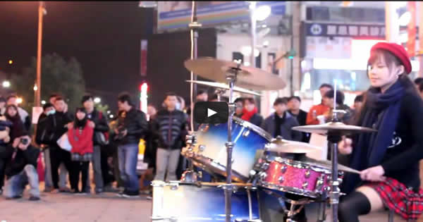Garota asiática faz cover da musica Toxicity do System of a Down, na bateria 3