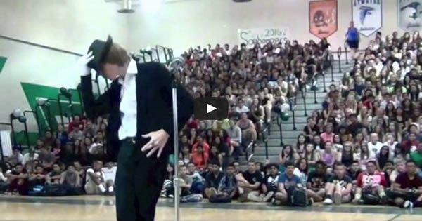 Em um show de talentos um estudante faz um impressionante cover de Michael Jackson 1