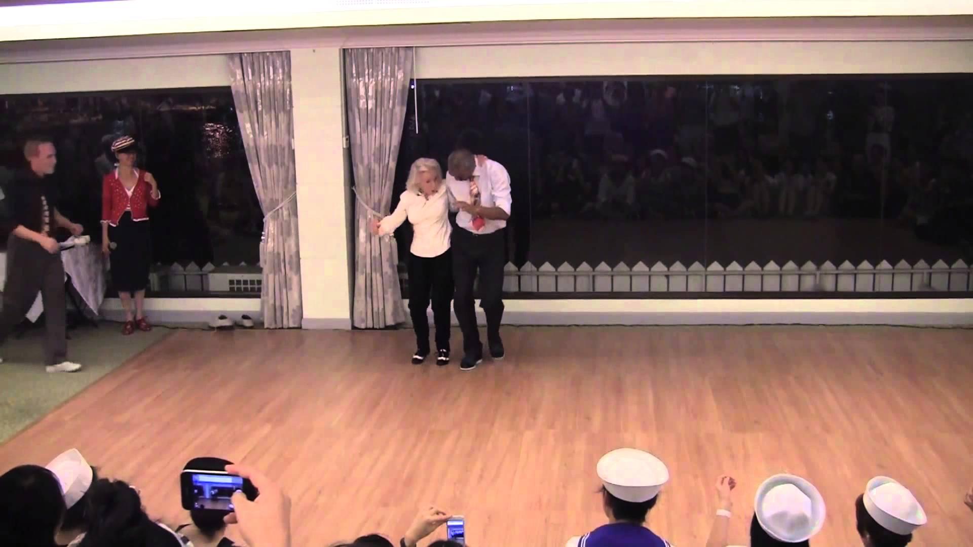 Mulher comemora seu aniversario de 90 anos com muito dança 6
