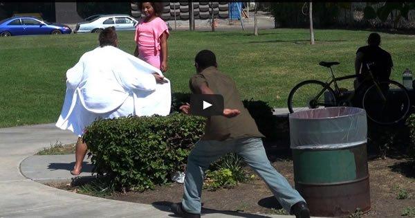 Pegadinha: Rapaz de roupão salta na frente de crianças e mostra tudo 3