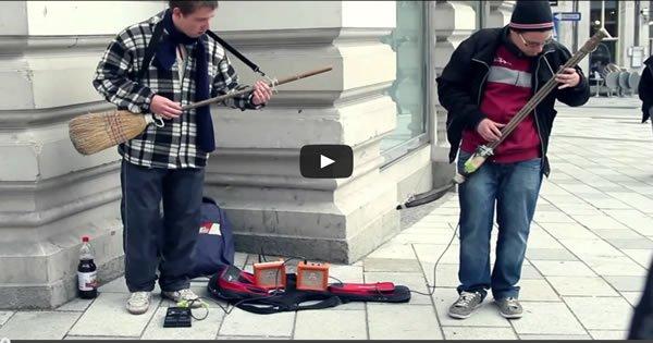 Artista de rua faz show ao tocar com uma vassoura e uma pá 3