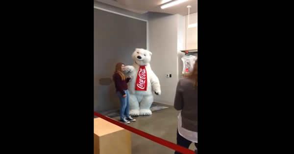 Tira foto com o Urso da Coca-Cola poder ser muito divertido 5