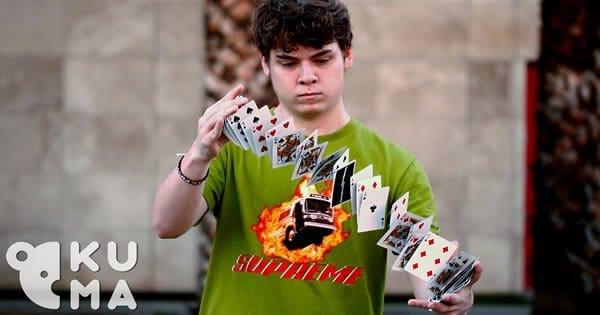 Garoto que faz manobras hipnóticas com as cartas de baralho 1