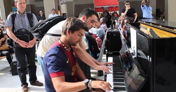 Incrível improvisação de duas pessoas em um piano 2