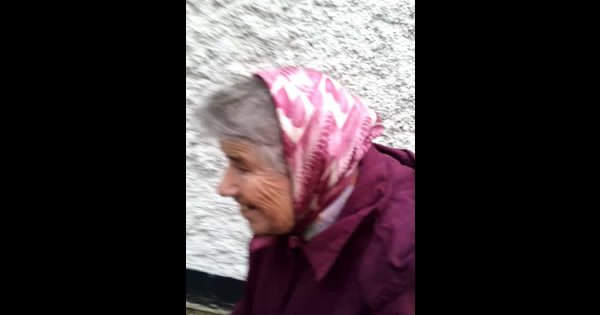 Mulher de 82 anos tocando a campainha e saindo correndo viraliza na web 1