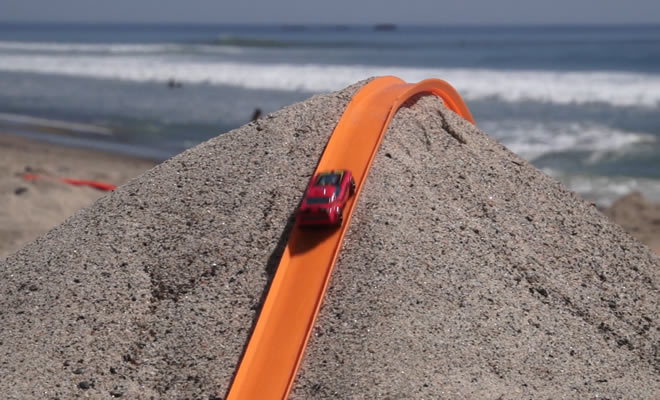 Photo of Pista de Hot Wheels na praia