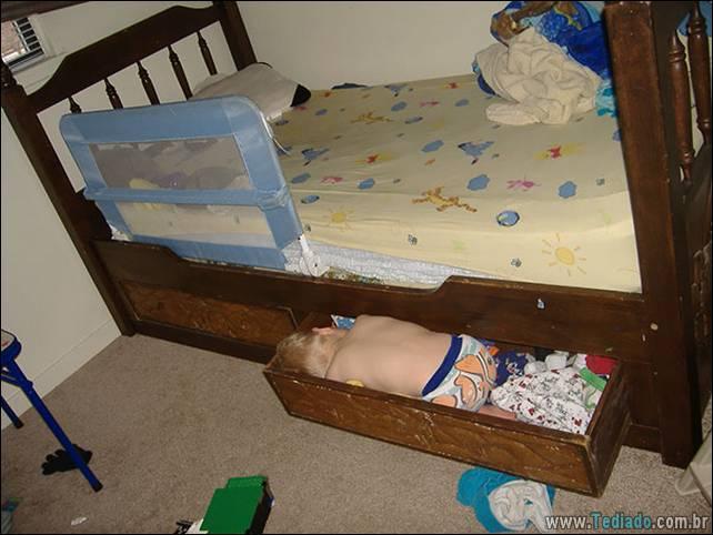 fotos-dirvertidas-criancas-dormir-lugar-08