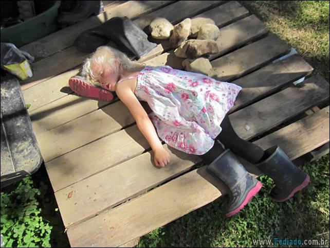 fotos-dirvertidas-criancas-dormir-lugar-12