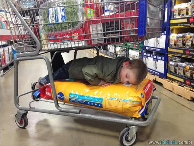 fotos-dirvertidas-criancas-dormir-lugar-18