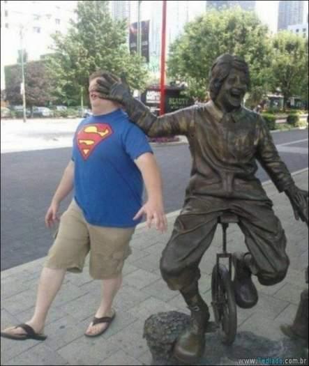 26 pessoas que sabem se divertir quando vêem uma estátua 7