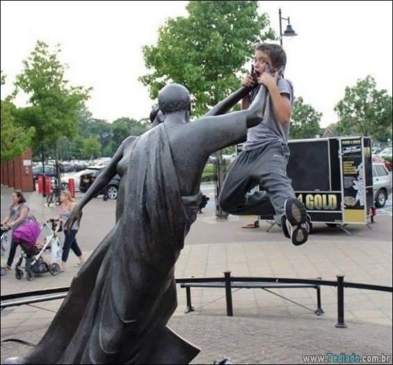 26 pessoas que sabem se divertir quando vêem uma estátua 8