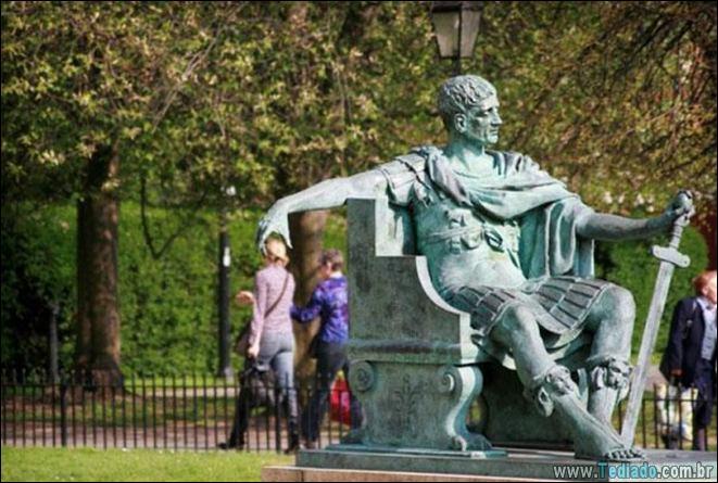 26 pessoas que sabem se divertir quando vêem uma estátua 16