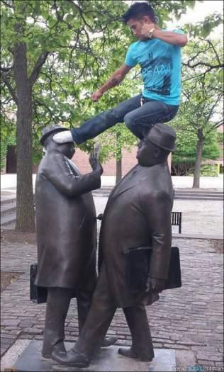 26 pessoas que sabem se divertir quando vêem uma estátua 17