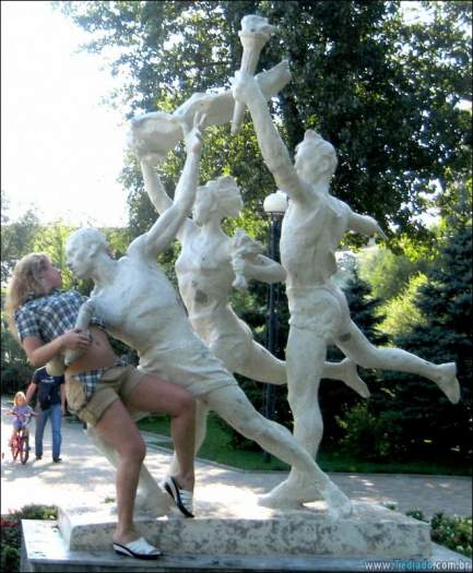 26 pessoas que sabem se divertir quando vêem uma estátua 26