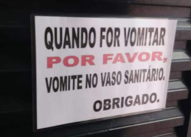 18 avisos engraçados que você só encontra nos banheiros brasileiros 4