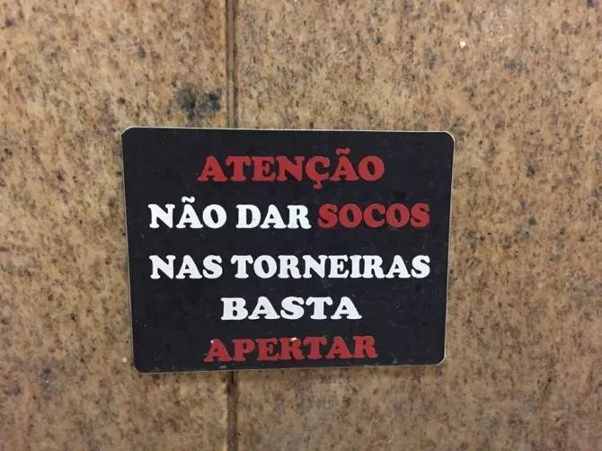 18 avisos engraçados que você só encontra nos banheiros brasileiros 11