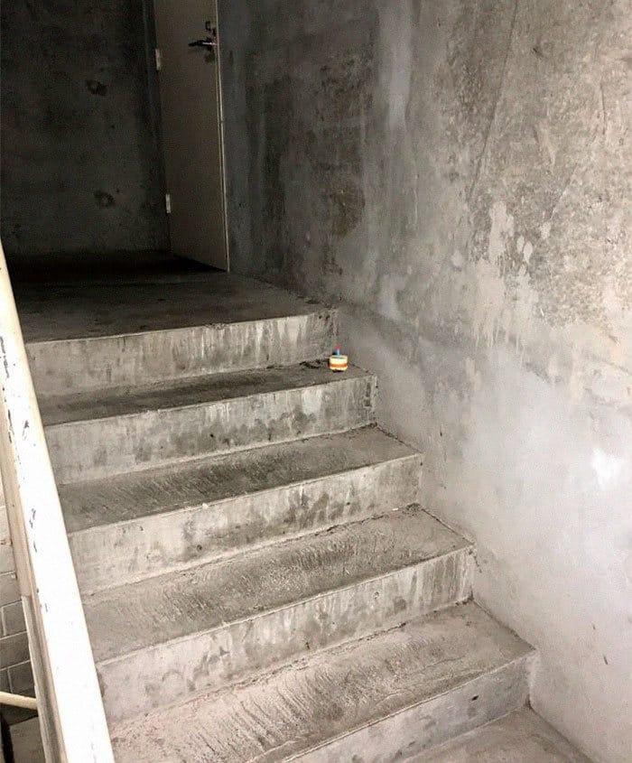 A mini-série de uma barata que morre no vão das escadas 3