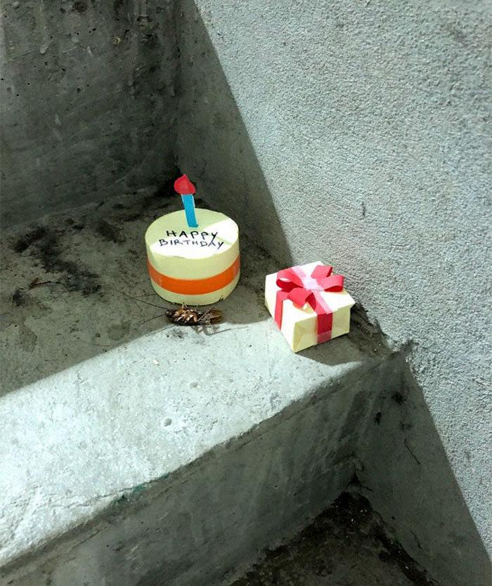 A mini-série de uma barata que morre no vão das escadas 5