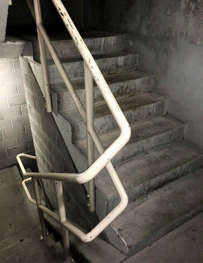 A mini-série de uma barata que morre no vão das escadas 14