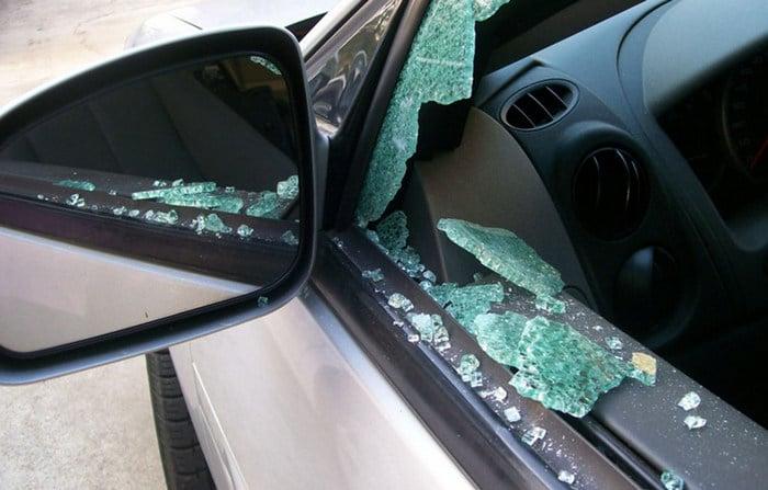 Como quebrar uma janela de carro