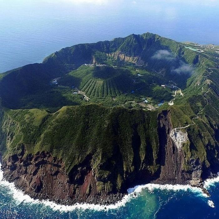 Uma pequena ilha vulcânica chamada Aogashima no Japão