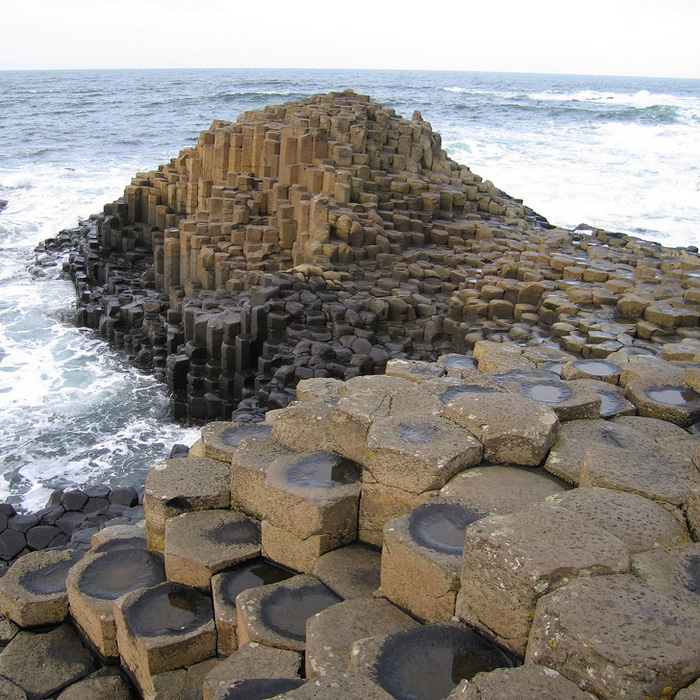 Colunas de basalto interligadas da Giant's Causeway, Irlanda do Norte.