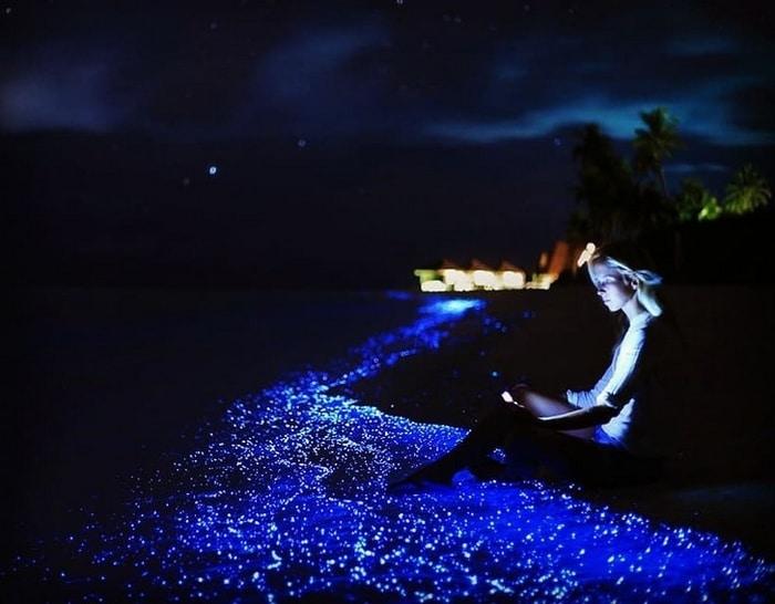 A Ilha Vaadhoo nas Maldivas é cercada por um