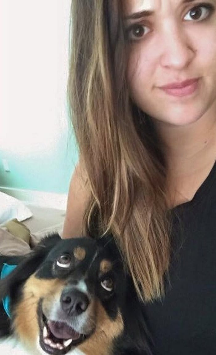 Eu cheguei em casa de férias ontem, e meu cachorro não me deixou sozinha desde então