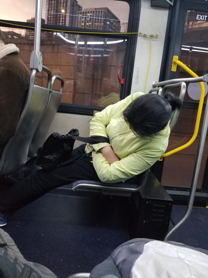 17 pessoas que dorme em posições estranhas 10