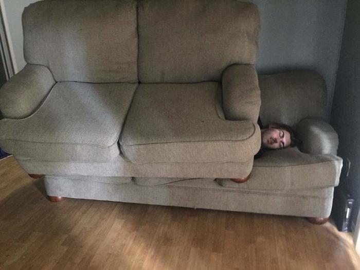 17 pessoas que dorme em posições estranhas 12