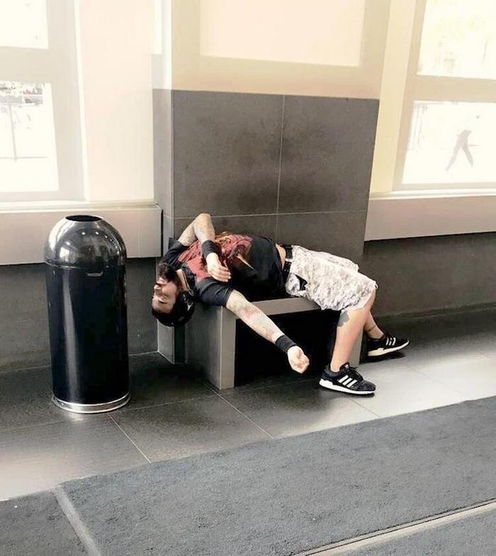 17 pessoas que dorme em posições estranhas 15