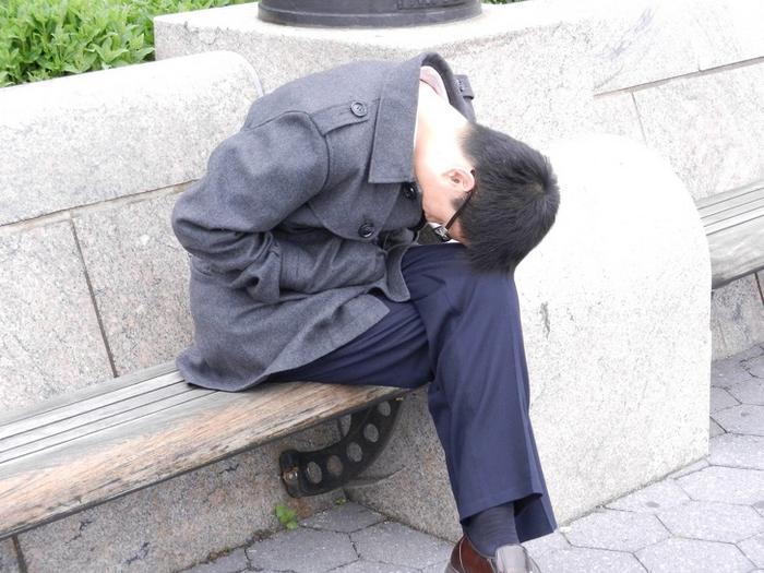 17 pessoas que dorme em posições estranhas 17