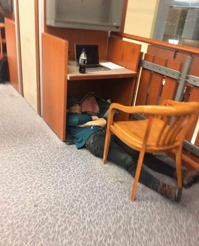 17 pessoas que dorme em posições estranhas 18