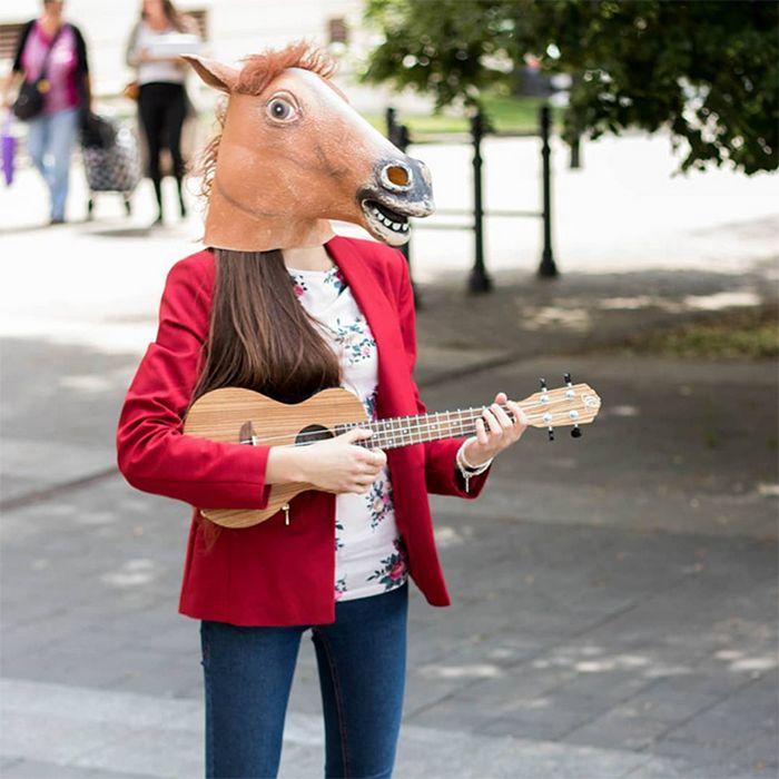 As pessoas ao redor do mundo curtindo a vida em máscaras de cavalo 12