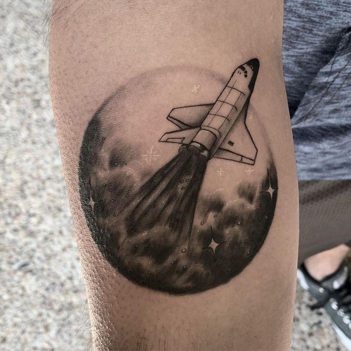 32 ideias de tatuagens inspiradas no espaço 20