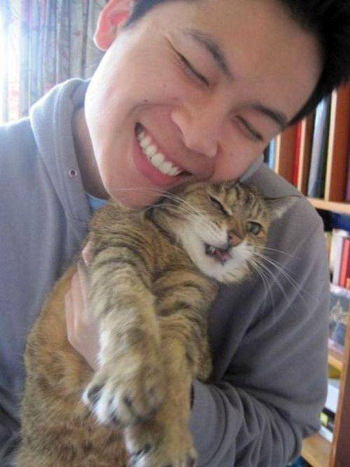 Gatos que odeiam estar em selfies com seus humanos (21 fotos) 11