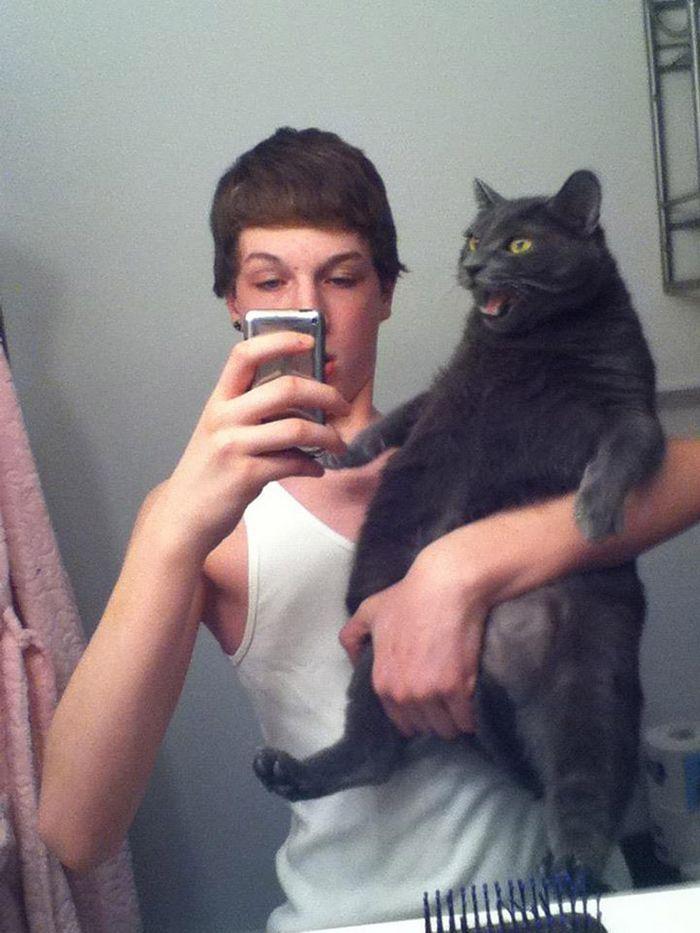 Gatos que odeiam estar em selfies com seus humanos (21 fotos) 22