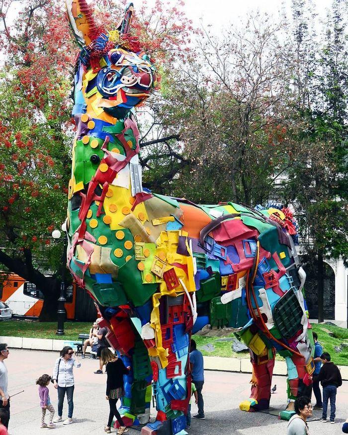 Artista transforma lixo em animais para nos lembrar sobre poluição 14