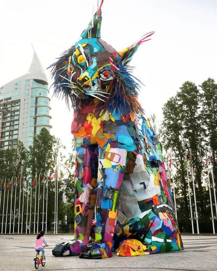 Artista transforma lixo em animais para nos lembrar sobre poluição 19
