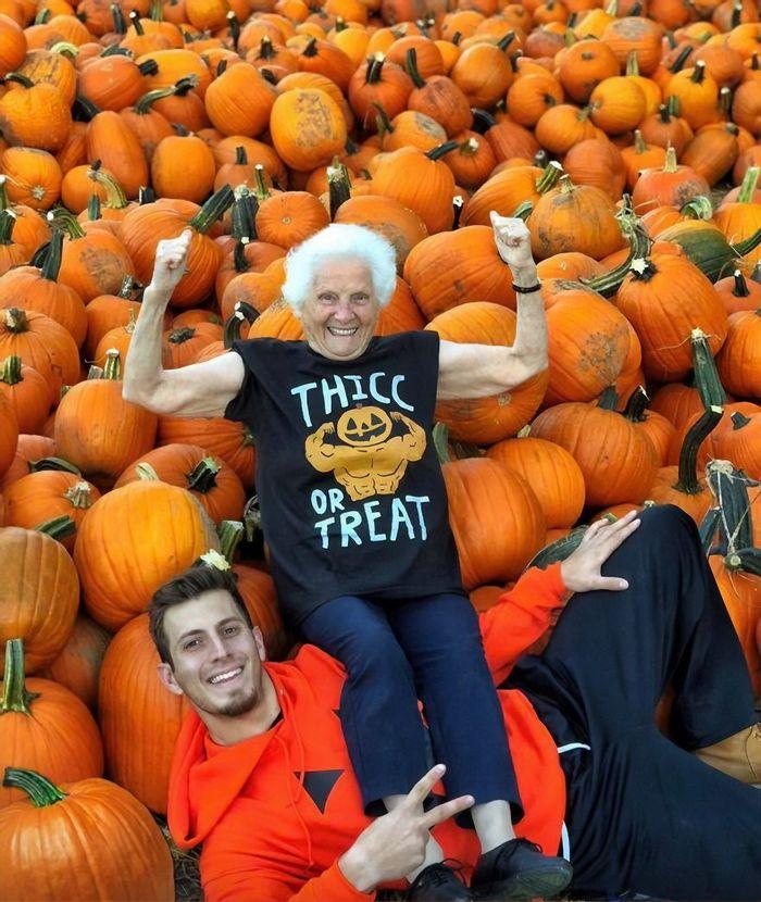 Avó de 93 anos e seu neto se vestem com fantasias e as pessoas adoram (30 fotos) 7