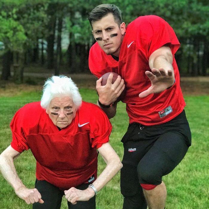 Avó de 93 anos e seu neto se vestem com fantasias e as pessoas adoram (30 fotos) 9