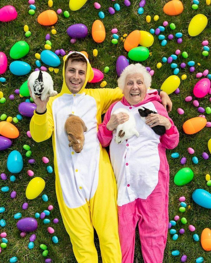 Avó de 93 anos e seu neto se vestem com fantasias e as pessoas adoram (30 fotos) 13