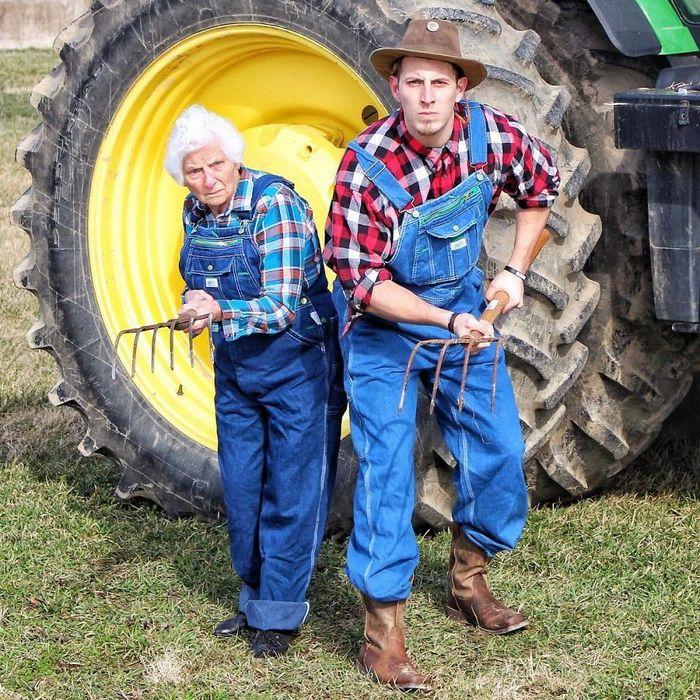 Avó de 93 anos e seu neto se vestem com fantasias e as pessoas adoram (30 fotos) 19