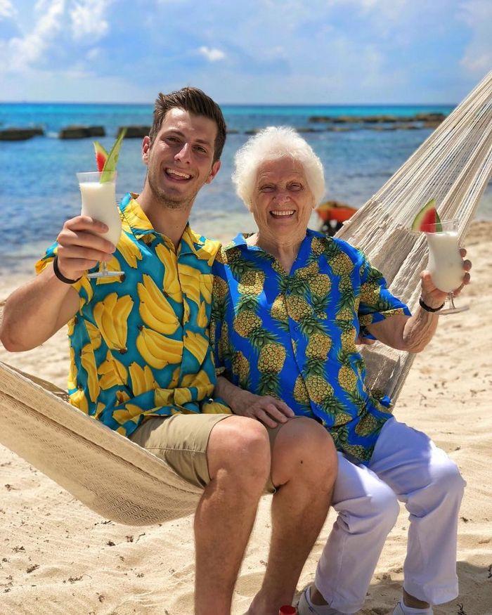 Avó de 93 anos e seu neto se vestem com fantasias e as pessoas adoram (30 fotos) 22