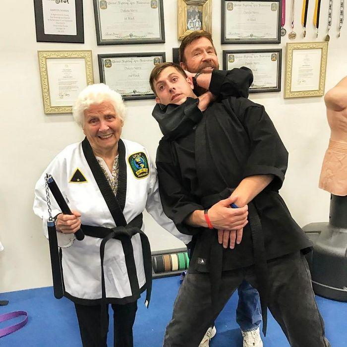 Avó de 93 anos e seu neto se vestem com fantasias e as pessoas adoram (30 fotos) 31